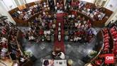 Misa Natal juga digelar umat kristiani di Gereja GPIB Immanuel, Jakarta, Senin, 24 Desember 2018. Perayaan Natal di Gereja GPIB Immanuel mengangkat tema Membangun Spiritualitas Damai Yang Menciptakan Pendamaian. (CNNIndonesia/Safir Makki)