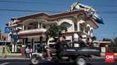 Ribuan rumah dan bangunan rusak parah karena gempa yang mengguncang Lombok. Sementara jumlah korban tewas lebih dari 500 orang. (CNN Indonesia/Andry Novelino)