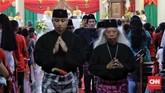 Warga Kampung Sawah, Bekasi, Jawa Barat menggelar misa Natal dengan mengenakan pakaian adat BetawidiGereja Santo Servatius. Penggunaan pakaian adat ini rutin dilakukan setiap tahun. Akulturasi budaya Betawi dan Kristen sudah terjadi sejak tahun 1986. (CNN Indonesia/Adhi Wicaksono)