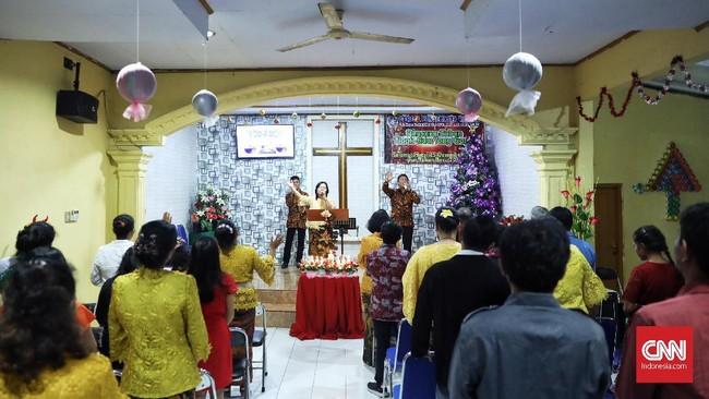 Jemaat Gereja Pentakosta Rahmat Carita, Pandeglang, Banten, menyelenggarakan ibadah Natal, Selasa (25/12) sore. (CNN Indonesia/Hesti Rika)