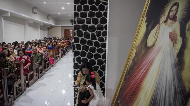 Umat Katolik mengikuti Misa Malam Natal 2018 di Gereja Santo Petrus, Solo, Jawa Tengah, Senin (24/12/2018). Pelaksanaan ibadah Misa Malam Natal untuk memperingati kelahiran Yesus Kristus di Solo berlangsung aman dan khidmat. (ANTARA FOTO/Mohammad Ayudha/kye)