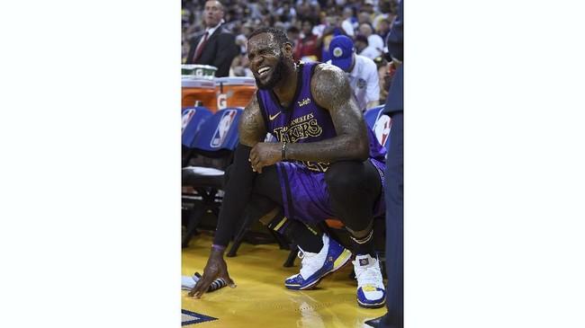 Pebasket 33 tahun itu tampak meringis kesakitan di bangku cadangan. (Thearon W. Henderson/Getty Images/AFP)