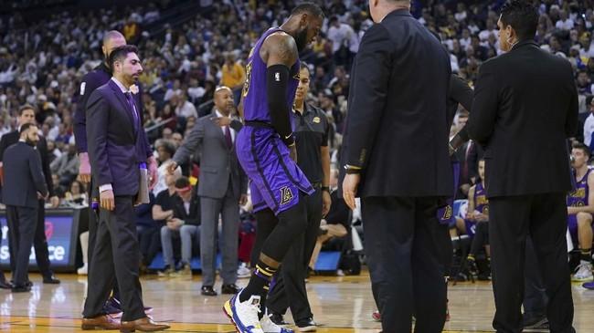LeBron James ditarik ke luar arena setelah tak kuat lagi melanjutkan pertandingan untuk Los Angeles Lakers pada kuarter ketiga. (Kyle Terada-USA TODAY Sports)