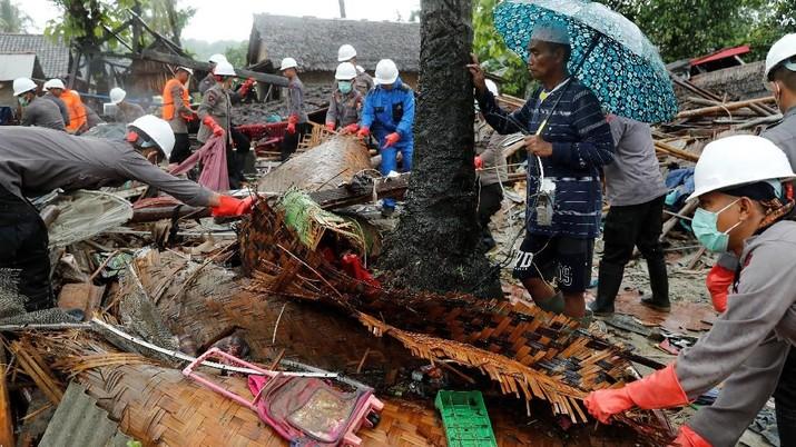Hujan Deras tak Surutkan Evakuasi Korban Tsunami Selat Sunda