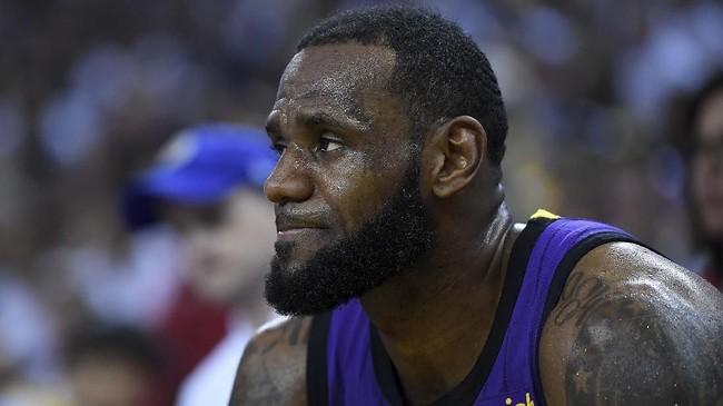 LeBron James yang tampak kecewa karena tak lagi meneruskan laga sejak kuarter ketiga. LA Lakers sempat tertinggal 26-32 di quarter ketiga, namun menutup laga dengan kemenangan 127-101 di markas Warriors. (Thearon W. Henderson/Getty Images/AFP)