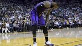 LeBron James mulai merasakan sakit pada bagian pangkal paha (groin) pada awal-awal kuarter ketiga. (Thearon W. Henderson/Getty Images/AFP)