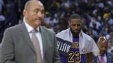 LeBron James bakal segera menjalani pemeriksaan cedera dengan pemindaian MRI untuk mengetahui cederanya. Namun, kemungkinan ia bakal absen dalam waktu cukup lama. (Credit: Kyle Terada-USA TODAY Sports)