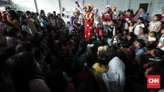 Para badut mengajak anak-anak bermain sulap dan hiburan lucu lainnya untuk mengurangi trauma tsunami. (CNNIndonesia/Safir Makki)