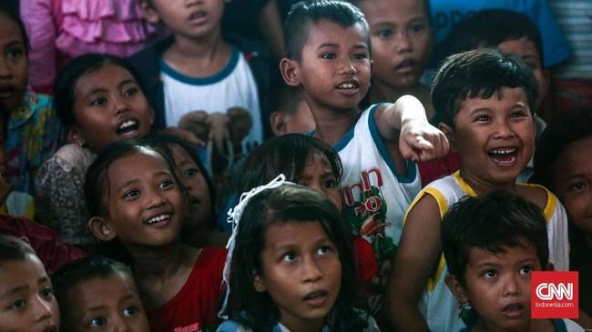 Tak hanya hiburan badut, anak-anak mendapat kegiatan pemulihan trauma lainnya, seperti menggambar, bermain, dan bernyanyi.(CNNIndonesia/Safir Makki)