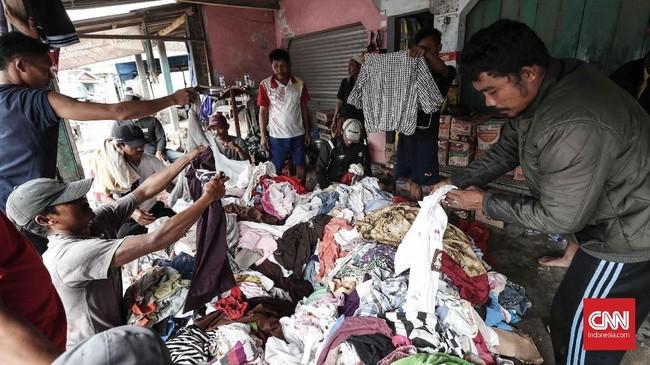 Warga menerima bantuan di permukiman yang rusak akibat terjangan tsunami di Desa Sumber Jaya, Kecamatan Sumur, Pandeglang, Rabu, 26 Desember 2018. (CNNIndonesia/Safir Makki)