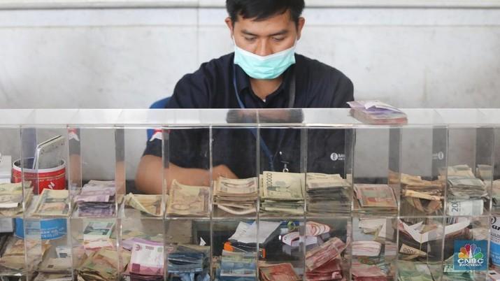 Ramai-Ramai Tukar Uang Rp 100.000-an 'Plastik' di BI