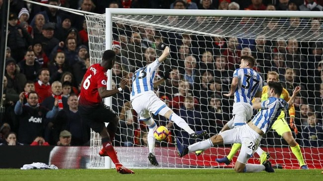 Paul Pogba kemudian menggandakan keunggulan Manchester United pada menit ke-64 setelah menerima umpan Ander Herrera. (Reuters/Jason Cairnduff)