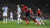 Paul Pogba kemudian mencetak gol kedua untuk Manchester United pada menit ke-78 setelah melepaskan tendangan keras dari luar kotak penalti. (REUTERS/David Klein)