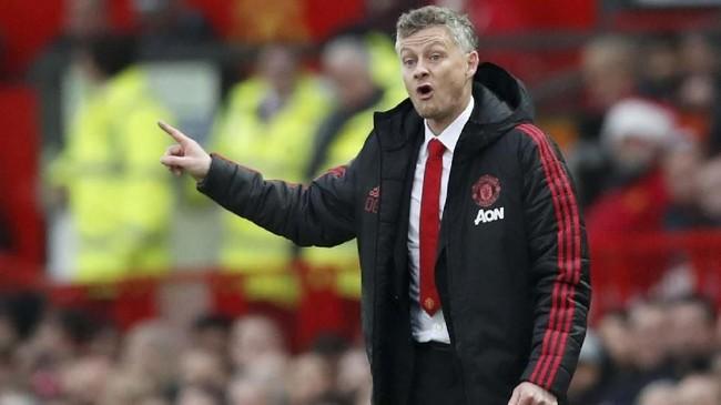 Ole Gunnar Solskjaer yang berstatus sebagai manajer sementara Manchester United memberi instruksi saat melawan Huddersfield. Skor 1-0 untuk Man United bertahan hingga akhir babak pertama. (REUTERS/David Klein)