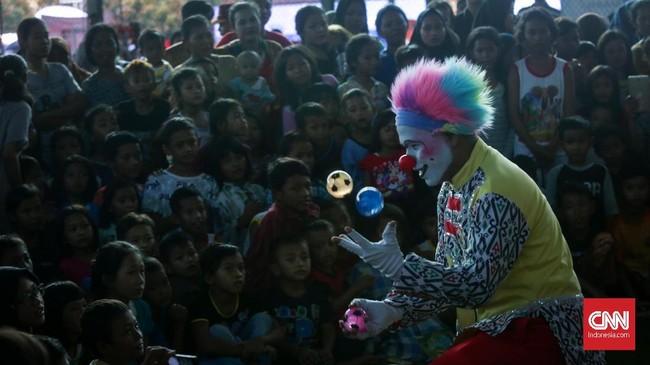 Badut menjadi hiburan bagi anak-anak korban tsunami, membantu memulihkan pikiran yang sempat terganggu akibat bencana yang menimpa mereka Sabtu (22/12).(CNNIndonesia/Safir Makki)