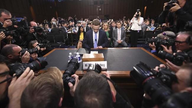 CEO Facebook, Mark Zuckeberg, dalam sesi tanya jawab mengenai skandal pencurian data di hadapan Komite Perdagangan, Sains, dan Transportasi juga Komite Kehakiman Senat di Capitol Hill, Washington. (JIM WATSON/AFP)