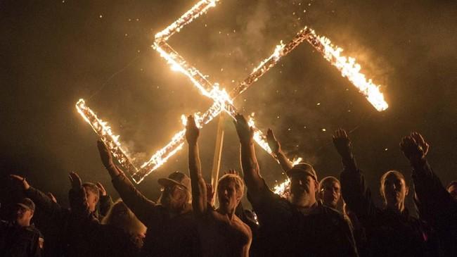 Pendukung Gerakan Sosialis Nasional mengacungkan salam Nazi dalam acara pembakaran swastika di satu lokasi di Georgia, Amerika Serikat. (REUTERS/Go Nakamura)