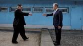 Sesaat sebelum pemimpin tertinggi Korea Utara, Kim Jong-un, bersalaman dengan Presiden Korea Selatan, Moon Jae-in, di perbatasan kedua negara, memulai upaya perdamaian bersejarah. (Korea Summit Press Pool/Pool via Reuters)