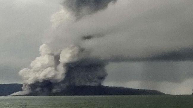 Petir dan Semburan Abu Terlihat di Gunung Anak Krakatau