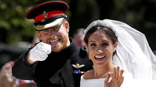 Pangeran Harry dan Meghan Markel menyapa warga dari kereta kuda setelah kebaktian pernikahan mereka di St George's Chapel di Windsor Castle di Winsor, Inggris, 19 Mei 2018. (REUTERS/Damir Sagolj)