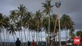 Teknisi PT PLN melakukan upaya pemulihan listrik akibat bencana tsunami yang menerjang wilayah Desa Sumber Jaya, Kabupaten Pandeglang, Banten, Rabu, 26 Desember 2018. (CNNIndonesia/Safir Makki)
