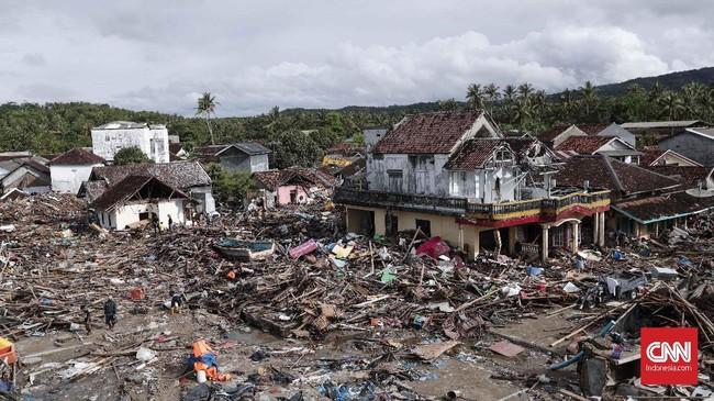 Pemandangan dari atas reruntuhan permukiman warga yang rusak akibat terjangan tsunami di Desa Sumber Jaya, Kecamatan Sumur, Pandeglang, Rabu, 26 Desember 2018. (CNNIndonesia/Safir Makki)