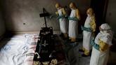 Petugas medis menyemprot sebuah ruangan ketika upacara pemakaman Kavugho Cindi Dorcas yang diyakini meninggal karena Ebola di Beni, Kongo. (REUTERS/Goran Tomasevic)