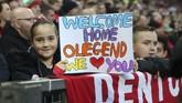 Seorang suporter muda Manchester United memberi dukungan untuk Ole Gunnar Solskjaer yang untuk kali pertama kembali ke Stadion Old Trafford sebagai manajer tim. (REUTERS/David Klein)