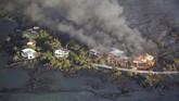 Aliran lava menghancurkan rumah-rumah di daerah Kapoho, timur Pahoa, di tengah erupsi Gunung Kilauea di Hawaii, Amerika Serikat. (REUTERS/Terray Sylvester)