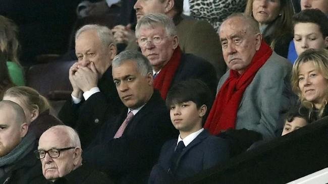 Mantan manajer Manchester United Sir Alex Ferguson menjadi salah satu penonton spesial di laga melawan Huddersfield Town. (REUTERS/David Klein)