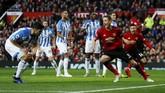 Gelandang Manchester United Nemanja Matic membuka keunggulan tuan rumah pada menit ke-28 melalui situasi sepak pojok. (Reuters/Jason Cairnduff)