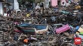 Warga mencari barang yang bisa diselamatkan di permukiman warga yang rusak akibat terjangan tsunami di Desa Sumber Jaya, Kecamatan Sumur, Pandeglang, Rabu, 26 Desember 2018. (CNNIndonesia/Safir Makki)