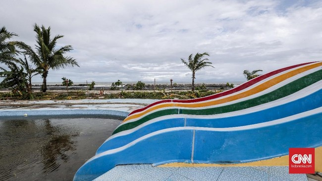 Wahana permainan air yang terletak tak jauh dari pantai ini terdampak gelombang tsunami pekan lalu. Pemilik menutup wahana ini demi menjaga keselamatan dan akan dibuka kembali jika kondisi mulai normal. (CNNIndonesia/Safir Makki)