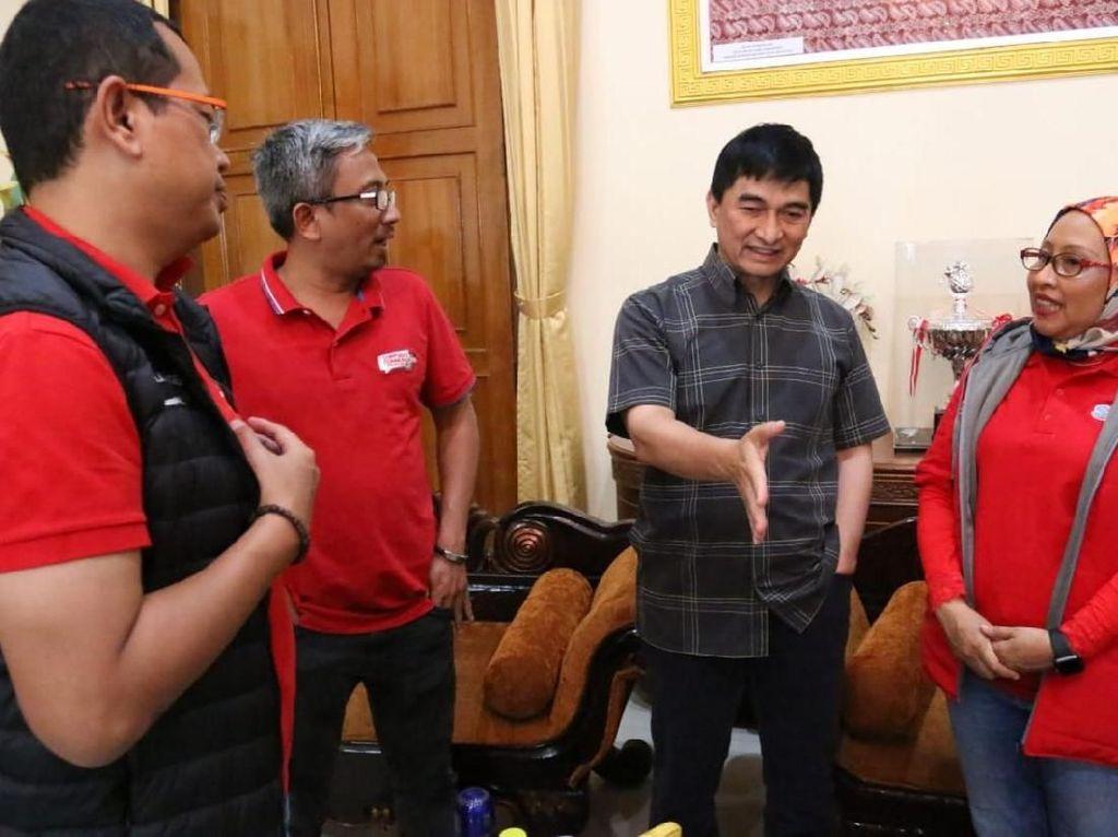 Kali ini bantuan itu diberikan langsung dari Telkomsel yang diwakili oleh EVP area Jabotabek Jabar, Ririn Widaryani (baju merah jilbab) beserta jajaran Telkomsel area jabotabek jabar. Foto: dok. Telkomsel