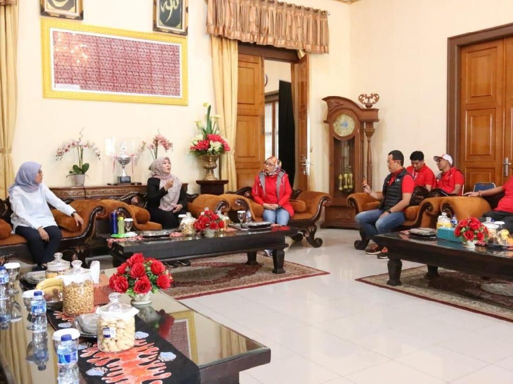 Bantuan yang diberikan berupa uang tunai Rp 100 jt dan pembuatan 20 Pintu MCK di lokasi pengungsian untuk warga korban bencana tsunami Selat Sunda di wilayah Banten. Foto: dok. Telkomsel