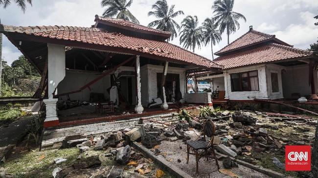 Vila yang rusak akibat terjangan gelombang tsunami 22 Desember di kawasan Cinangka, Kabupaten Serang, Banten. Puluhan penginapan baik hotel maupun resort rusak dan beberapa ditinggalkan pemiliknya begitu saja. (CNNIndonesia/Safir Makki)