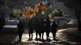 Pedagabulang balon di Afganistan berjalan melewati Kementerian Pekerjaan Umum sehari setelah serangan mematikan di Kabul yang menewaskan 43 orang, atau salah satu serangan paling mematikan di ibu kota Afganistan itu tahun ini. (WAKIL KOHSAR / AFP)