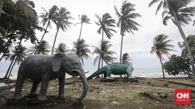 Patung gajah dan dinosaurus masih berdiri meskipun gelombang tsunami menghantam kawasan pantai umum di Karang Bolong, Anyer, Banten.Sebelum bencana gelombang tsunami, kawasan ini merupakan spot pelancong lokal berwisata dan selalu ramai saat musim libur. (CNNIndonesia/Safir Makki)