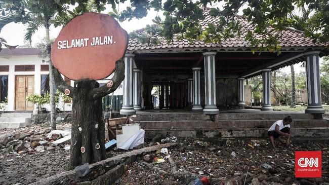 Petugas dan relawan masih mencari korban gelombang tsunami. Per 28 Desember 2018 tercatat 426 orang meninggal serta ribuan orang mengungsi. (CNNIndonesia/Safir Makki)