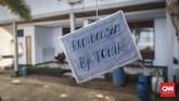 Bekas penanda rombongan pelancong masih tergantung di sebuah gazebo resort di kawasan Anyer, Kabupaten Serang, Banten, 27 Desember 2018. Meski tingkat hunian menurun drastis, pemilik dan pengelola hotel berharap segera pulih kembali. (CNNIndonesia/Safir Makki)