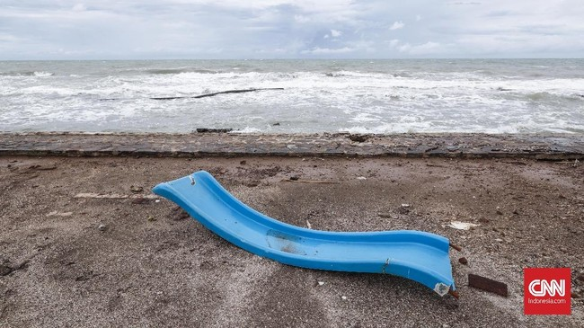 Gelombang laut yang tinggi dan aktifitas Gunung Anak Krakatau membuat kecemasan bagi masyarakat sekitar. Puing-puing bekas terjangan tsunami dibiarkan saja oleh pemilik hotel. (CNNIndonesia/Safir Makki)