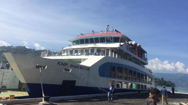Kapal Penumpang Ihan Batak Meluncur di Perairan Danau Toba