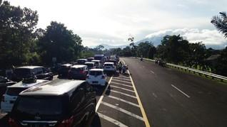 Ribuan Kendaraan Mengular ke Puncak, Satu Arah Diterapkan