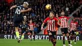 Manchester City menutup babak pertama dengan keunggulan 3-1 setelah Sergio Aguero mencetak gol sundulan menyambut umpan lambung Oleksandr Zinchenko. (Reuters/John Sibley)