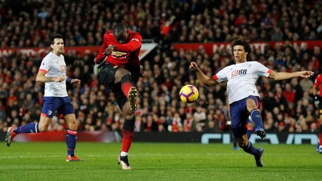 Romelu Lukaku membuktikan ketajamannya saat baru dua menit di lapangan. Lukaku mencetak gol keempat Manchester United pada menit ke-72 setelah meneruskan umpan Paul Pogba. (REUTERS/Phil Noble)