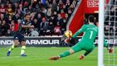 Manchester City kembali unggul pada menit ke-45 setelah tendangan Raheem Sterling dari sisi kanan pertahanan Southampton membuat James Ward-Prowse melakukan gol bunuh diri. (REUTERS/Eddie Keogh)