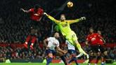 Paul Pogba kemudian menggandakan keunggulan Manchester United pada menit ke-33 melalui sundulan setelah meneruskan umpan silang Ander Herrera. (Reuters/Jason Cairnduff)