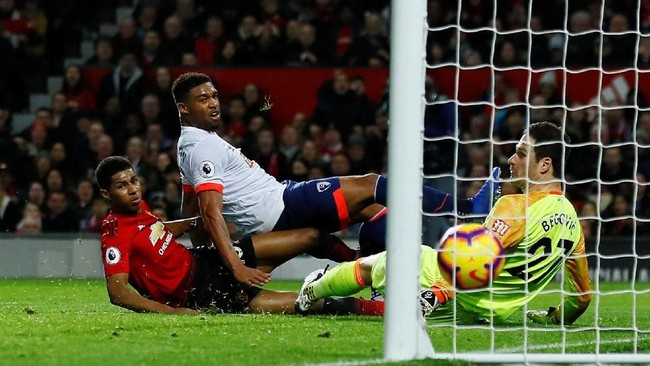 Marcus Rashford kemudian mencetak gol ketiga Manchester United pada menit ke-45 setelah menerima umpan Anthony Martial. (Reuters/Jason Cairnduff)