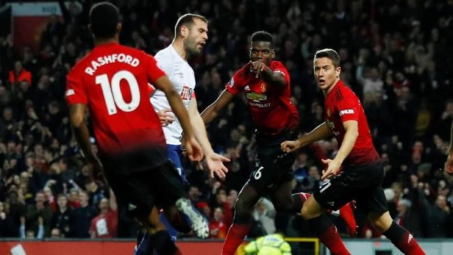 Laga baru berjalan lima menit Manchester United sudah mampu membobol gawang Bournemouth setelah umpan Marcus Rashford diselesaikan Paul Pogba. (Reuters/Jason Cairnduff)