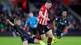 Sebuah blunder dari Oleksandr Zinchenko pada menit ke-37 membuat Southampton kemudian menyamakan kedudukan lewat gol Pierre-Emile Hojbjerg. (REUTERS/Eddie Keogh)
